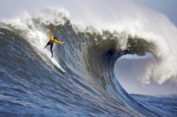 Riding-huge-wave-600